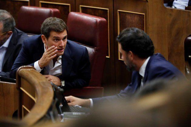 El líder de Ciudadanos, Albert Rivera (i), conversa con el diputado del PP, Jaime Eduardo de