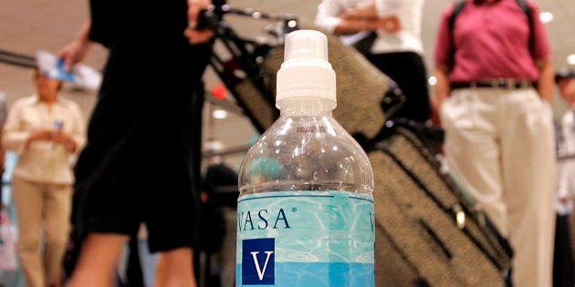 Imagen de archivo de una botella de agua en un