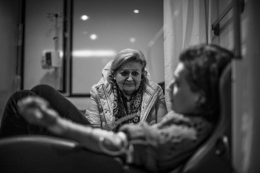 La madre de Piedad vigila a su hija dormida mientras recibe quimioterapia en el Hospital Universitario...