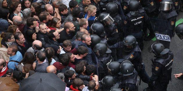 La Policía bloquea el paso de los concentrados ante uno de los puntos de votación durante el 1-0 de 2017,...