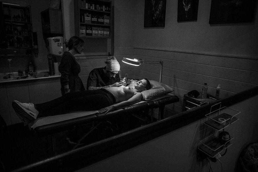 Álvaro tatúa sobre el pecho de Beatriz, que a sus 37 años ha superado un cáncer en cada pecho y dos intervenciones...