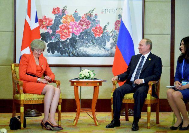 La 'premier' Theresa May y el presidente ruso Vladimir Putin, reunidos en Hangzhou (China) durante la...
