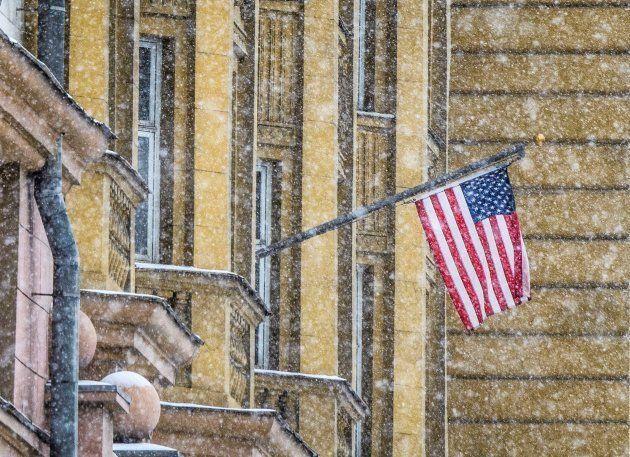 La bandera de EEUU, en su embajada en Moscú, este mes de