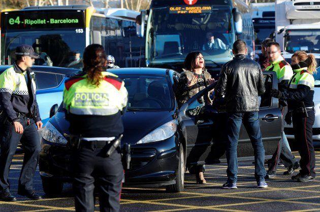 Una conductora se enfada durante el corte de circulación provocado por medio centenar de miembros del...