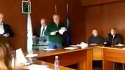 Un alcalde del PP hace trizas unos papeles con quejas de sus vecinos: