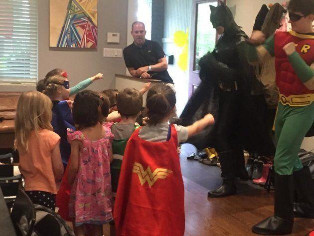 Fiesta por el cuarto cumpleaños de Milo con sus 'novias' y con Batman y