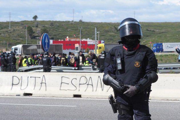 Antidisturbios montan guardia después de que la Policía rompiera una barricada en la autopista A-47 de...