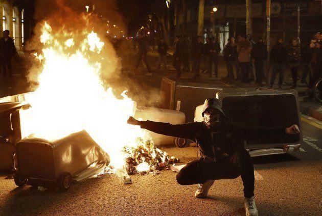 Disturbios y quema de contenedores de basura en el Paseo de Gracia de Barcelona, tras la manifestación...