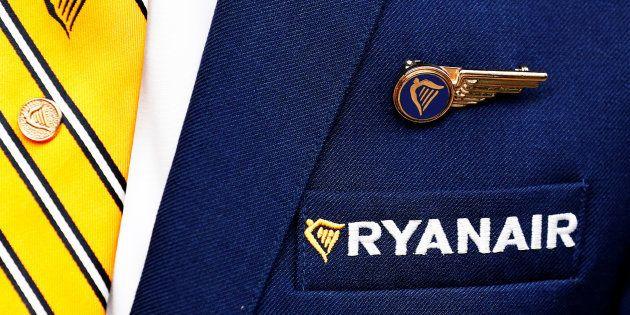 El logotipo de Ryanair, en el uniforme de un miembro de su personal de cabina fotografiado en