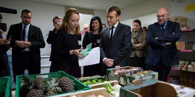 Emmanuel Macron, el pasado noviembre, visitando la ONG Los Restaurantes del Corazón, que tienen una campaña...