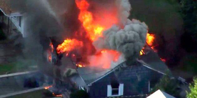En esta imagen tomada de un vídeo proporcionado por WCVB en Boston, las llamas consumen una casa en Lawrence,