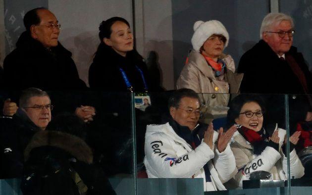 Kim Yo Jong, hermana del líder norcoreano, tras el presidente de Corea del Sur, Moon Jae-in, y miembros...