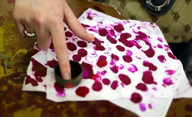 Una mujer se marca el dedo con tinta tras ejercer su derecho al voto en un colegio electoral de El