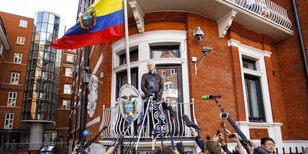 El fundador de WikiLeaks, Julian Assange, habla desde el balcón de la embajada de Ecuador en Londres,...