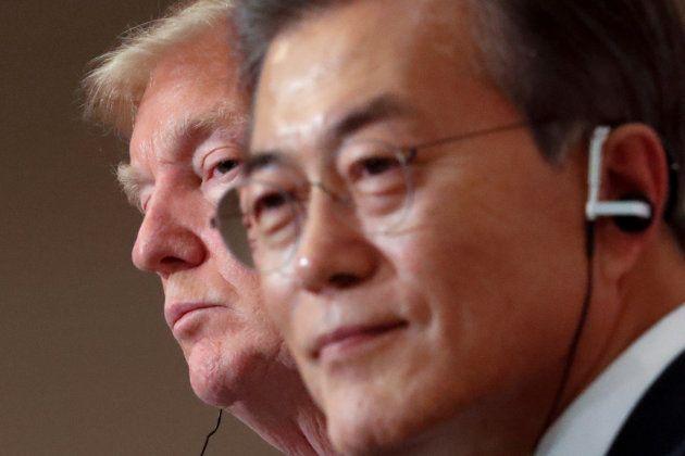 El presidente de EEUU, Donald Trump, y su homólogo de Corea del Sur, Moon Jae-in, reunidos en Seúl el...
