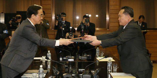 El ministro de Unificación surcoreano, Cho Myoung-gyon (izquierda), y el jefe de la Agencia Norcoreana...