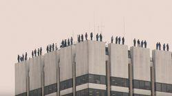 84 estatuas se balancean sobre una azotea contra el suicidio de los