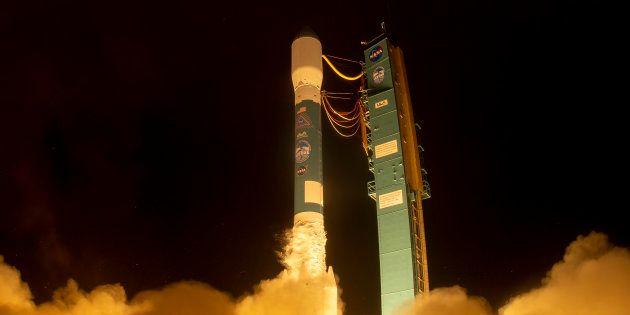 El satélite ICESat-2 a bordo del cohete de Delta 2 a punto de despegar de la base área de Vandenberg