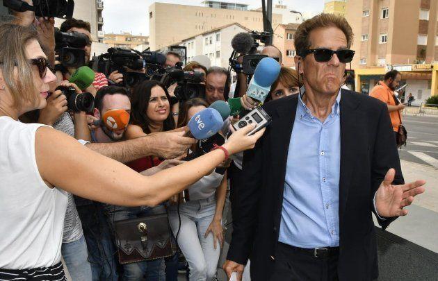 Esteban Hernández, abogado de Ana Julia Quezada, a su llegada a los juzgados