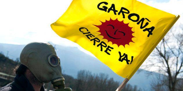 Un manifestante con una máscara y una bandera en los alrededores de la central nuclear de Garoña