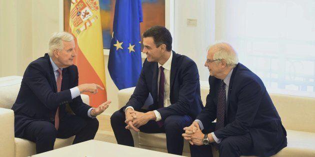 El jefe del Ejecutivo, Pedro Sánchez y el ministro de Asuntos Exteriores, Josep Borrell , durante la...