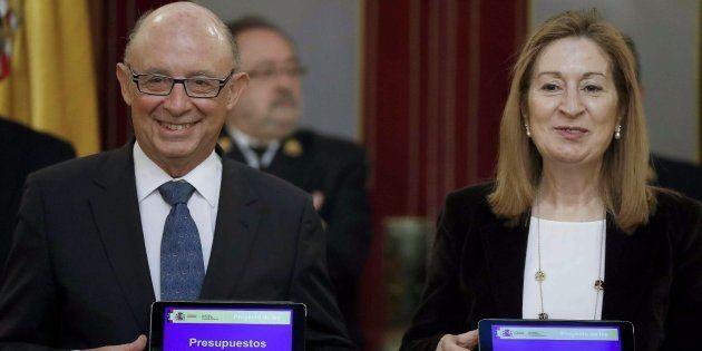 El ministro de Hacienda, Cristóbal Montoro, entrega el proyecto de Presupuestos Generales del Estado...