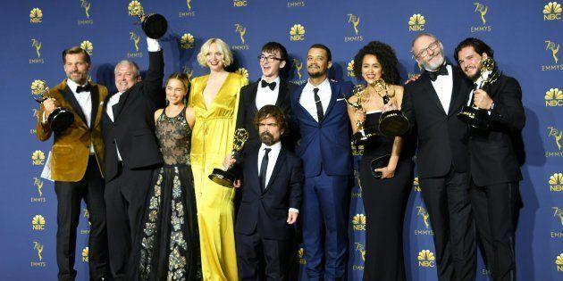 El reparto de 'Juego de Tronos' posa con el premio en los Emmys