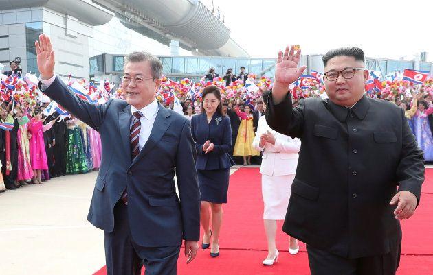 Los líderes de Corea del Norte y Corea del Sur saludan en