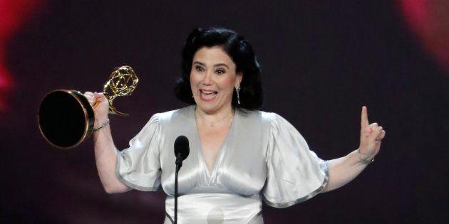 La actriz Alex Borstein, recogiendo su Emmy a la Mejor actriz de reparto en comedia por 'La maravillosa...