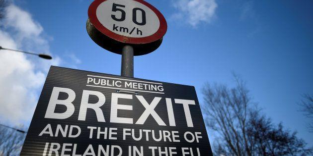 Imagen de archivo de un cartel sobre un debate sobre el