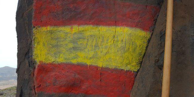 Pintan una bandera de España en un monumento prehispánico en