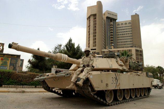 Un tanque M1 Abrams, del Ejército de EEUU, ante el Hotel Palestina, un mes después de la muerte de Couso...