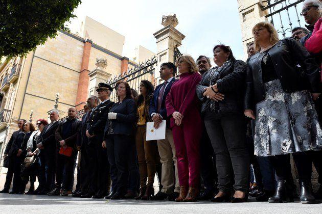 Minuto de silencio ante la sede de la Delegación del Gobierno de la Junta en Almería tras el nuevo asesinato