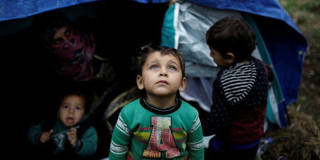 Un grupo de niños sirios, en un campamento improvisado cerca del de Moria, en Lesbos, en noviembre de