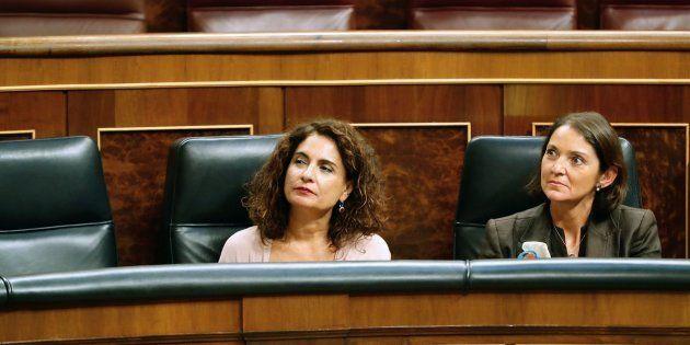 La ministra de Industria Reyes Maroto (d), y de Hacienda Mar�a Jes�s Montero,durante el pleno del...