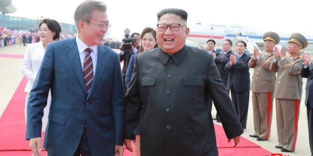 Los líderes de Corea del Norte y del Sur en la ceremonia de recibimiento oficial en el aeropuerto de