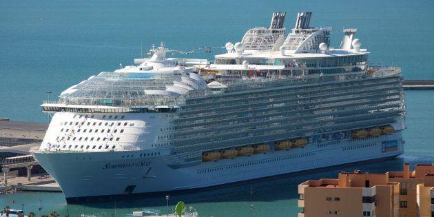 El 'Symphony of the Seas', de la compañía Royal Caribbean, durante su presentación en Málaga el 27 de