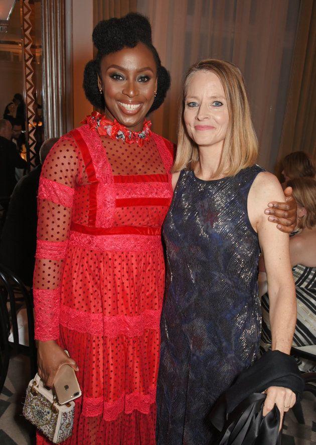 Chimamanda Ngozi Adichie y la actriz Jodie Foster en la gala de Mujeres del año organizada por la revistas...
