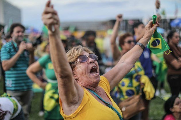 Manifestantes en contra del expresidente Lula da Silva celebran la decisión del Supremo en Brasilia