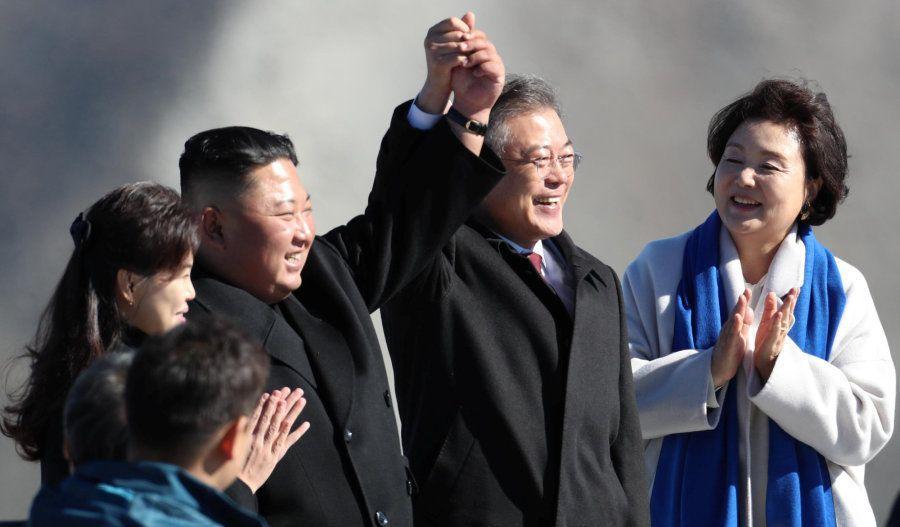 Los dos líderes posan todavía más felices bajo la atenta mirada de sus