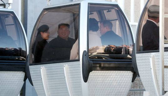 Las fotos de Kim Jong-Un montando en teleférico son lo mejor que vas a ver