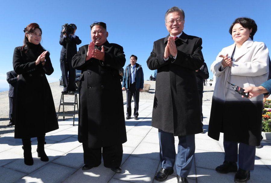 Los líderes de las dos Coreas y sus respectivas mujeres, muy felices a su llegada a lo alto del