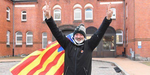 Eduard Alonso, un ciudadano de Girona, celebra la liberación de Carles Puigdemont frente a la cárcel...