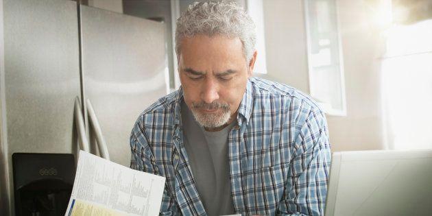Un hombre revisa las facturas