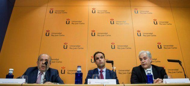 El rector del Universidad Rey Juan Carlos (URJC), Javier Ramos (c), acompañado por Pablo Chico de la...