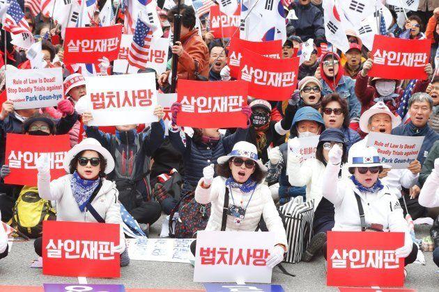 Simpatizantes de la expresidenta Park Geun-hye protestan por las calles de Seúl tras conocerse la