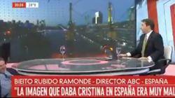 El director de ABC, Bieito Rubido, cae al suelo durante una entrevista en pleno