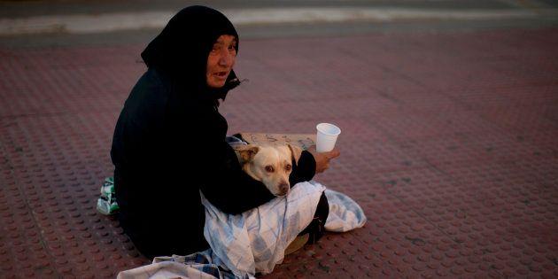 Una mujer mendiga en las calles de Málaga, en una imagen de