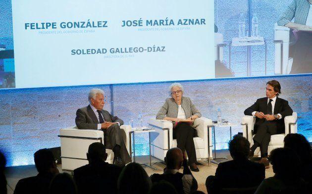Los expresidentes del Gobierno Felipe González y José María Aznar, junto a la directora de El País, Soledad