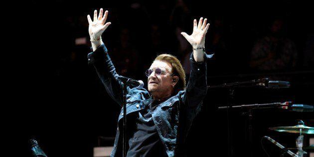 El cantante de la banda irlandesa U2, Bono, durante el primero de sus dos conciertos en el WiZink Center,...